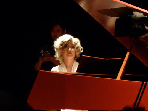 ピアノを弾く森村泰昌さん