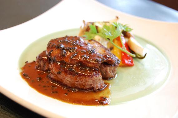 特選牛フィレ肉のステーキ ロッシーニ仕立て フォアグラとトリュフ添え