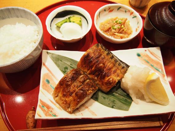 さば塩焼…1,050円 ごはん、お味噌汁はおかわり自由。小鉢・漬物付。