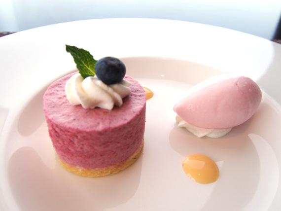 チェリーのムースと桜のアイスクリーム