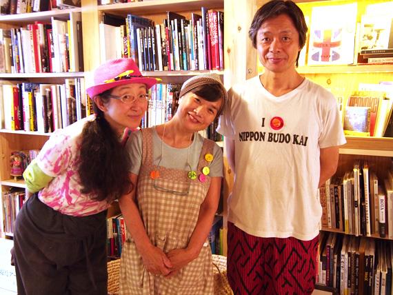 右から飯沢耕太郎さん、おかどめぐみこさん、ときたまさん。 ふらっとご飯を食べに現れた飯沢さんは、楽しそうに本のメンテナンスをされていました